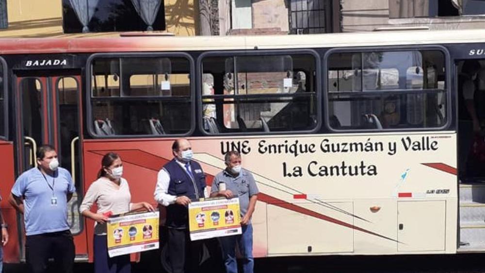 UNE pone a disposición minibús para transportar al personal de salud de Lima Norte